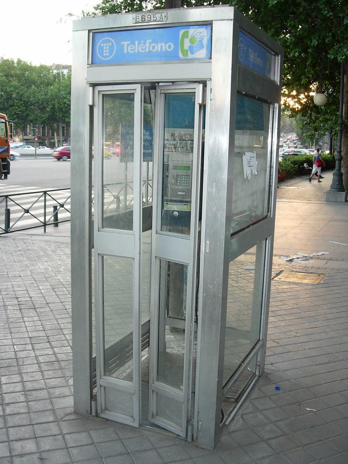 Good bye cabinas de teléfono... ¿por qué desaparecen?